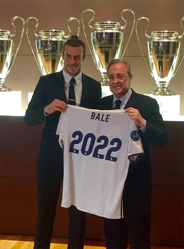 Social media photo of Gareth Bale and Fiorentino Perez holding a Bale 2022 shirt to commemorate the extension of the contract between Real Madrid and the Welsh player.  Three Champions League trophies are in the background.
