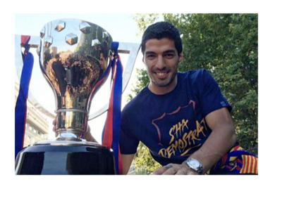 Luis Suarez posing next to the Barcelona FC 2015/16 La Liga trophy.  Parade.