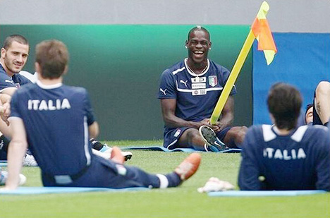 Mario Balotelli - Italy Training - Pole Maneuver
